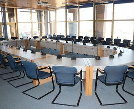 Zasedací sál v pátém patře