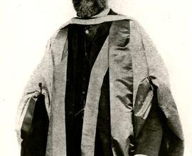 Antonín Dvořák v promočním taláru při udělení čestného doktorátu na univerzitě v Cambridge