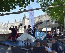 Celodenní program oslav zahájila taneční skupina The Wings dobovými tanci v historických kostýmech