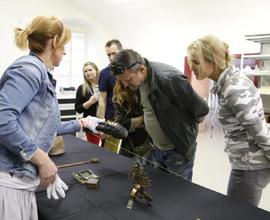Prohlídky pracovišť Národního muzea v Terezíně zájemcům zpřístupnily depozitáře, restaurátorské dílny i digitalizační pracoviště.