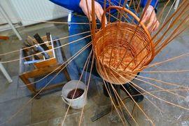 Tradiční řemeslné dílny pro děti – Pletení malého koše z vrbového proutí