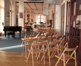 Koncertní prostor pojme cca 50 lidí.