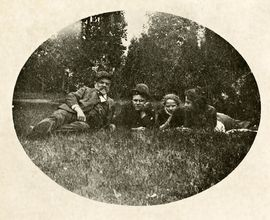 Antonín Dvořák v trávě na Vysoké