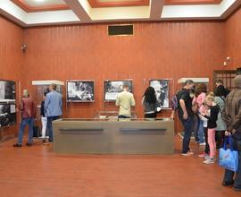 Uvnitř památníku si příchozí prohlédli aktuální výstavy