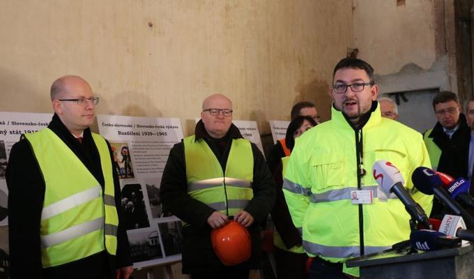 Práce na rekonstrukci Historické budovy Národního muzea intenzívně pokračují. Budovu navštívil během kontrolního dne i předseda vlády ČR.