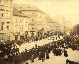 Fotografie z pohřebního průvodu Antonína Dvořáka (Praha, Karlovo náměstí)