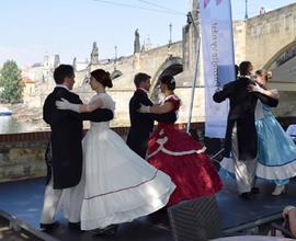 Úvodní taneční představení skupiny The Wings na terase restaurace Lávka