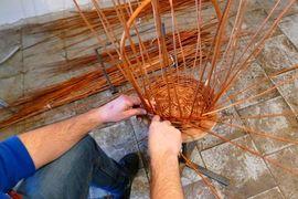 Pletení koše z vrbového proutí