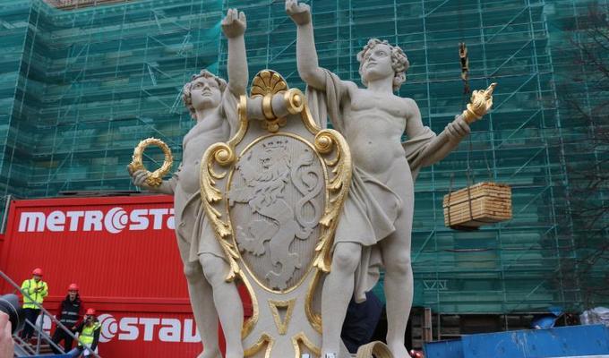 Z tympanonu Historické budovy Národního muzea na Václavské náměstí opět shlíží sousoší Géniů.