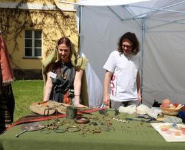 Nejen pro milovníky archeologie byly připraveny ukázky dobových předmětů i řemesel.