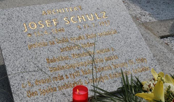 Hrob architekta Historické budovy Národního muzea Josefa Schulze se dočkal své opravy