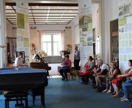 Kurátoři muzea provedli návštěvníky po stálé expozici