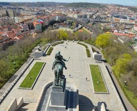 Jeden z nejkrásnějších pohledů na Prahu nabízí vyhlídka Národního památníku na Vítkově.